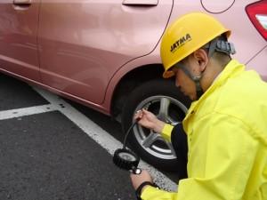 日本自動車タイヤ協会 タイヤ空気圧チェックの様子2