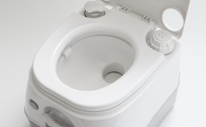 【キャンピングカーコラム バックナンバー第24回】ポンピングして空気を圧縮 簡易水洗式のポータブルトイレ(2016年9月9日)